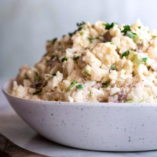 Salade de pommes de terre au chou-fleur dans un bol
